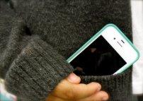 telefon komórkowy w kieszeni