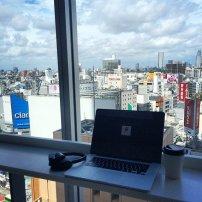 biuro w biurowcu, komputer